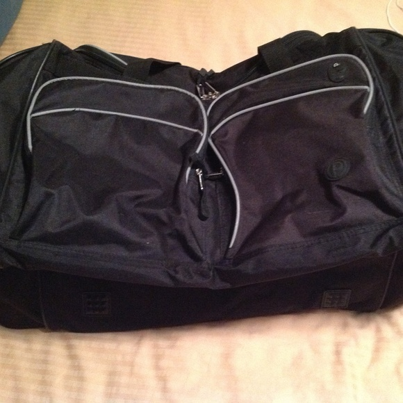 67d687f3451 Extra Large Duffle bag in Excellent Condition. M 5b40941a0cb5aadb5a607ff3